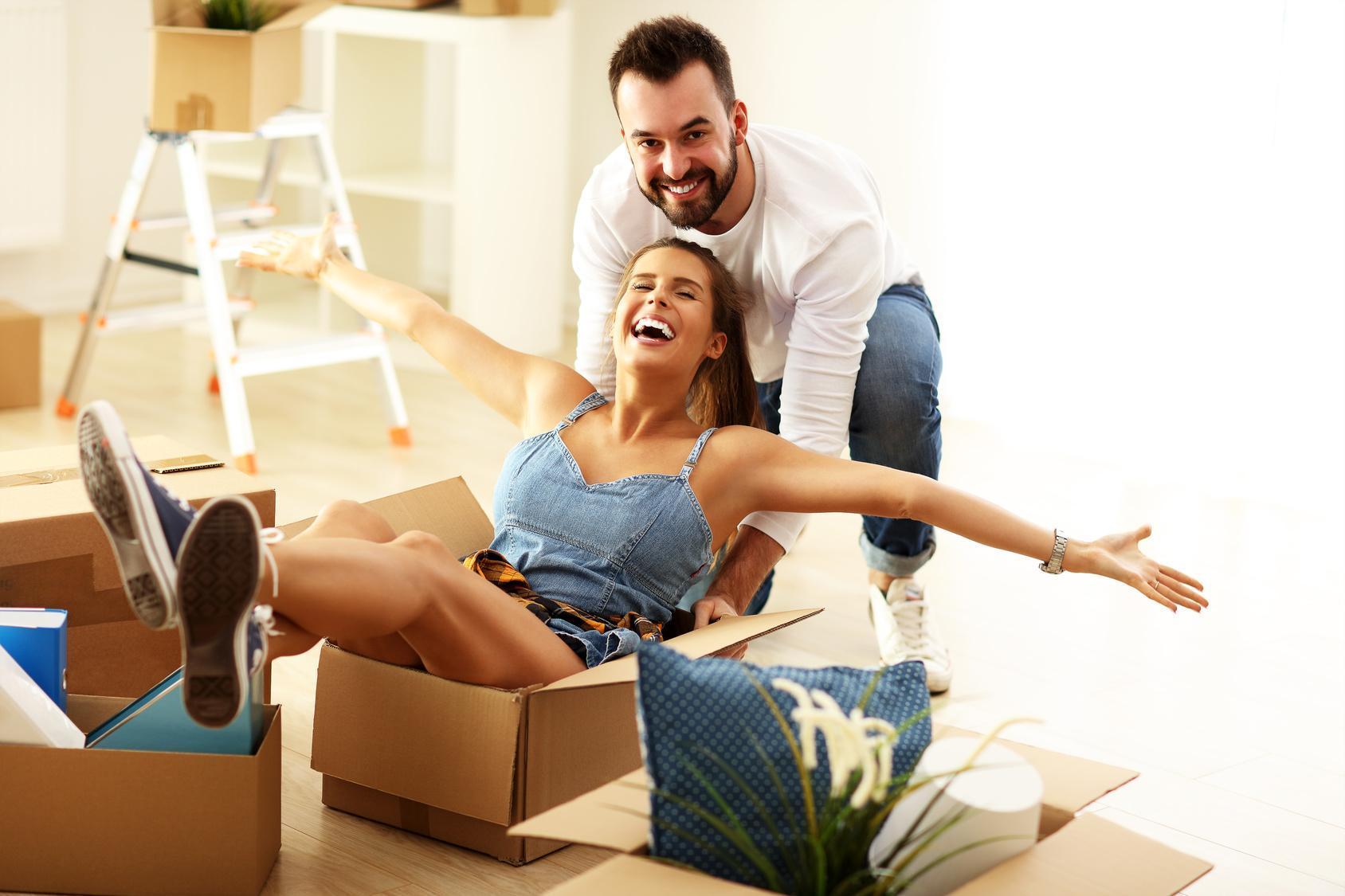 Szczęśliwa dorosła para przeprowadzająca się do nowego mieszkania